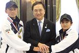 黒岩知事に優勝を報告した星川くん(左)と小笠原くん