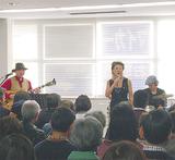 浅田尚美さんの歌を聴き込む観客