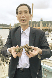 現地で三陸の牡蠣を手にする翁さん