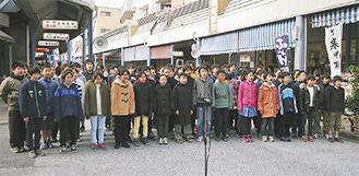 商店街で歌う児童たち