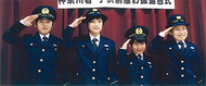 街の警察官になりきり「敬礼」