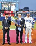 プロ野球殿堂入りの表彰を受ける平松さん