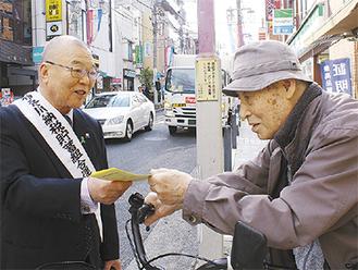 親しげに声をかける石川会長