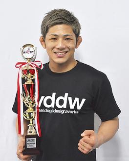 勝利のトロフィーを手にする伊藤選手