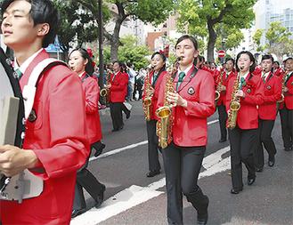 パレードする横浜創英校マーチングバンド