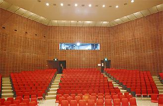 天井改修が始まる講堂