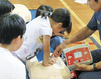 AEDの使い方を学ぶ小学生