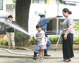 放水する女児