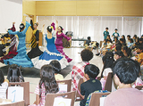 フラメンコの踊りを披露する学生