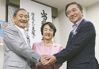 当確が報じられ、菅官房長官(左)、黒岩祐治知事(右)と握手を交わす林氏(7月30日)