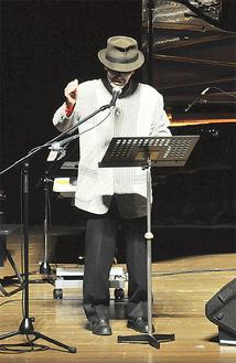 『千の風になって』を歌う新井さん