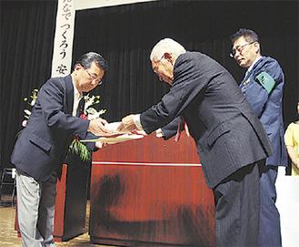 表彰される防犯功労者(左)