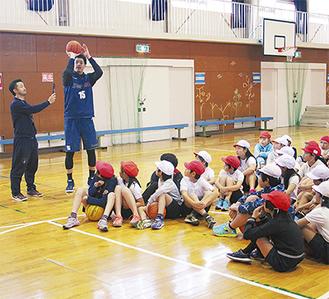 シュートを教える佐藤選手