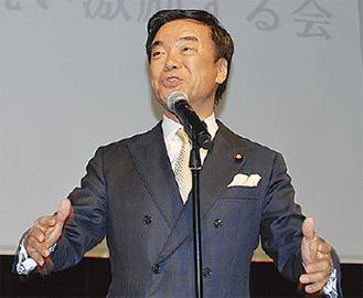 あいさつに立つ松沢氏