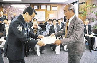 廣瀬署長から表彰された功労者(右)