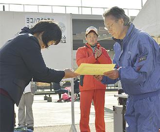 感謝状を手渡す直井部長(左)