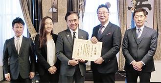感謝状を受け取る吉楽社長(右から2人目)