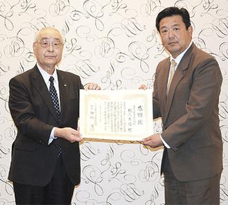 感謝状を受け取る田代部長(右)