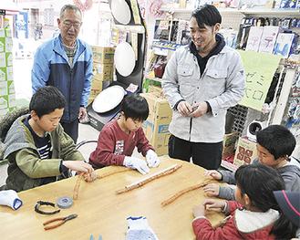 電気の仕組みを学ぶ子どもたち