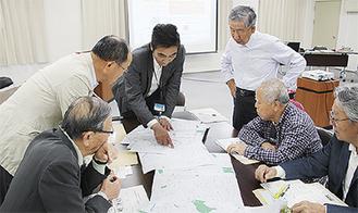 地図説明を行う山本さん