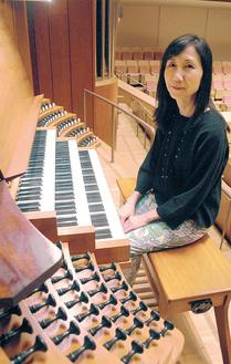 ホールを象徴するパイルオルガン「ルーシー」とホールオルガニストの三浦さん