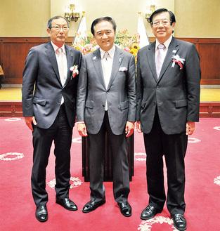 表彰式で黒岩知事を囲む石川さん(右)と長谷川さん(左)