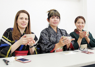 お茶を楽しむ外国人参加者