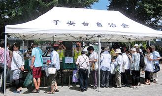 行列となった野菜売り場