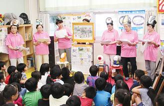 紙芝居を鑑賞する児童たち