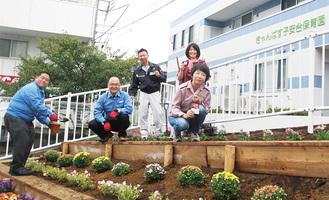 花を植える地域企業ら