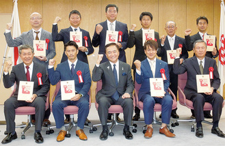 黒岩知事(前列中央)とガッツポーズをとる「エース」代表者