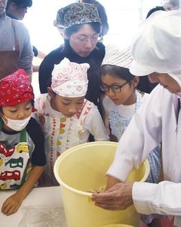 味噌づくりを学ぶ子どもたち