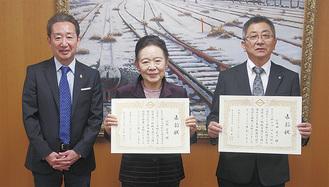 感謝状を受けとる仁井田副会長と河村副会長