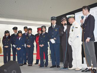 採用された新制服(中央の男女のもの)。入賞作品には真っ赤なワンピースの女性制服もあった。真っ白な駅長制服も発表