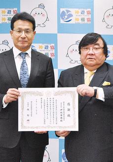 感謝状を受け取る伊坂理事長(右)