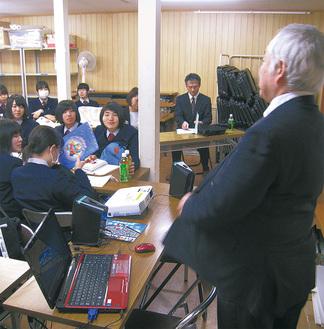 石原会長の講話を聞く学生ら