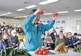 新鮮なトマトの見分け方を指導する清水さん