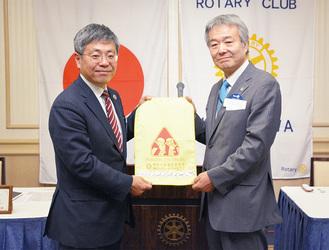 島崎会長(左)と筒井会長