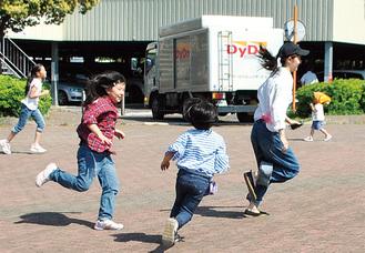 しっぽ取りで走り回る子どもたち