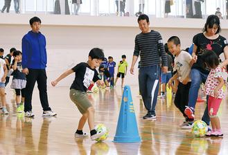 ボールを蹴る児童