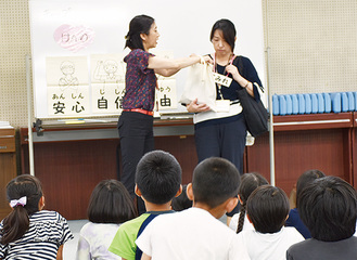 劇で権利の大切さを学ぶ児童たち