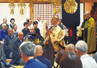 法要を行う西山住職(中央)と僧侶たち