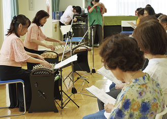 琴演奏に合わせて歌う参加者