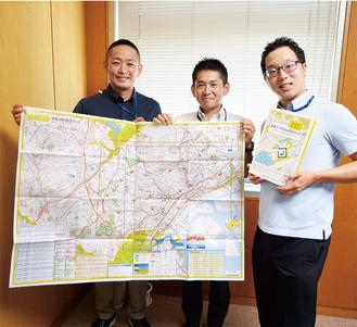 完成したマップを持つ区職員