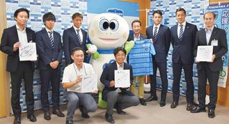 横浜FCの選手たちと区職員
