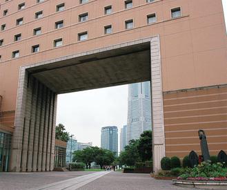 「額縁」越しに横浜ランドマークタワーが臨める