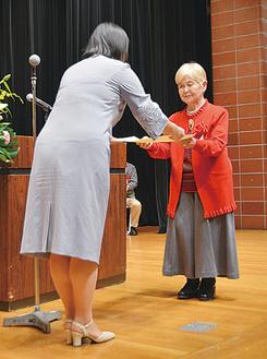 市長表彰される桑野さん(右)