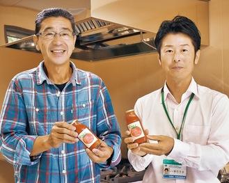 製造したトマトジュースを手にする横内所長(右)と職員