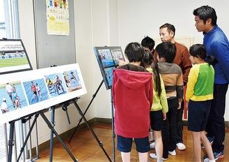 教員の解説を聞きながら、写真を見つめる児童たち