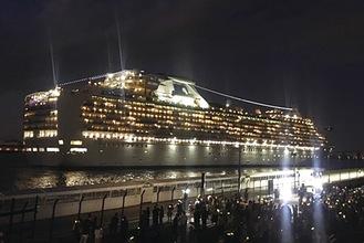 夜景と調和する客船がロマンチック